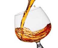 hällande whiskey för exponeringsglas Royaltyfria Bilder