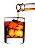 hällande whiskey för exponeringsglas arkivfoto