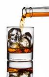 hällande whiskey för exponeringsglas arkivbild