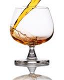 hällande whiskey för exponeringsglas Royaltyfri Fotografi