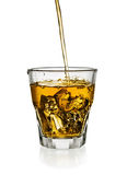 Hällande whisky i exponeringsglas Royaltyfri Foto