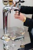 hällande wine Arkivbild