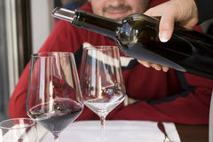 hällande wine Arkivbilder