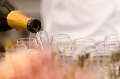 hällda champagneflöjter royaltyfria foton