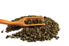 Hällde grönt teguaninte för kines, spritt på en vit bakgrund, med en tespatel och ett tefilter royaltyfria bilder