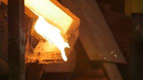 Häller den varma vätskemetallströmmen för closeupen på den stora avloppsrännan arkivfilmer