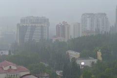 Hällregn i den ryska Sochien på Juni, 25th, 2015 som ledas till floodien Royaltyfria Bilder