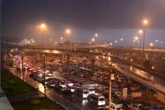 Hällregn och trafikstockning LatKrabang station Bangkok thailand arkivbilder