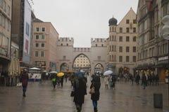 Hällregn på gatorna av Munich royaltyfria foton