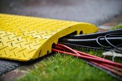 Hällregn på industriella elektriska kablar Royaltyfri Bild