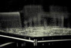 Hällregn som studsar av en tabell Royaltyfri Bild