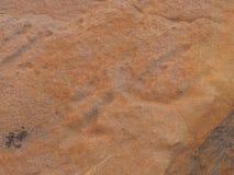 Hällristningpetroglyphen på rött vaggar yttersida på den n-`-Dhala klyftan, östliga MacDonnell områden Arkivbild