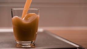 Hällt in i en tom glass fruktfruktsaft lager videofilmer