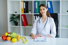 hälsa Banta och sunt näring Stående av en Dietitian` s D arkivfoton