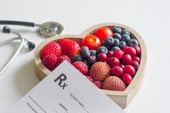 Hälsa bantar med begrepp för hjärtastetoskop- och läkarundersökningrecept royaltyfri foto