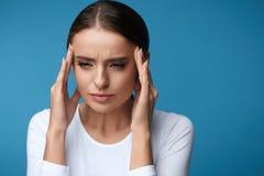 hälsa Den härliga kvinnan som har den starka huvudvärken som känner sig smärtar Royaltyfri Fotografi