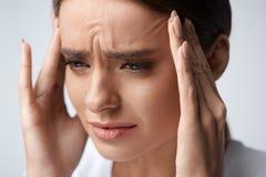 hälsa Den härliga kvinnan som har den starka huvudvärken som känner sig smärtar Arkivfoton