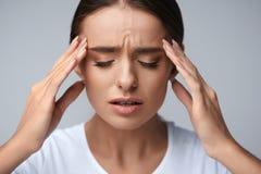 hälsa Den härliga kvinnan som har den starka huvudvärken som känner sig smärtar Royaltyfria Foton