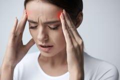 hälsa Den härliga kvinnan som har den starka huvudvärken som känner sig smärtar Arkivbild