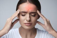 hälsa Den härliga kvinnan som har den starka huvudvärken som känner sig smärtar Fotografering för Bildbyråer