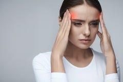 hälsa Den härliga kvinnan som har den starka huvudvärken som känner sig smärtar Royaltyfri Foto