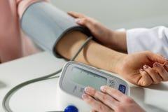hälsa för doktor för bakgrundsblodomsorg isolerade mätande patient tryckwhite Arkivbild