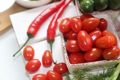 hälsa mat, gräsplan, grönsaker, strikt vegetarian, gurka, lök, gräslökar, vitlök, lökuppsättning, örter, dill, överkant, persilja Arkivbilder