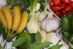 hälsa mat, gräsplan, grönsaker, strikt vegetarian, gurka, lök, gräslökar, vitlök, lökuppsättning, örter, dill, överkant, persilja Royaltyfri Fotografi