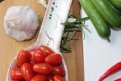 hälsa mat, gräsplan, gurka, grönsaker, strikt vegetarian, lök, gräslökar, vitlök, lökuppsättning, örter, dill, överkant, persilja Royaltyfri Fotografi