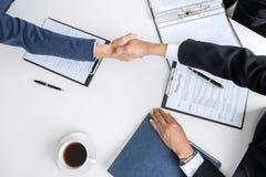 Hälsa nya kollegor, handskakning medan jobb som intervjuar, man arkivfoton