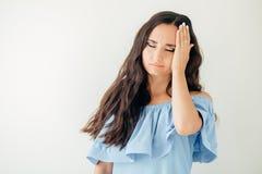 Hälsa och smärtar Stressad utmattad ung kvinna som har stark spänningshuvudvärk Fotografering för Bildbyråer