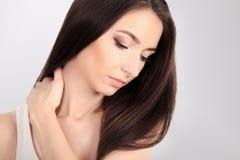 Hälsa och smärtar Stressad utmattad ung kvinna som har starka Te Arkivfoto