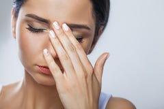 Hälsa och smärtar Stressad utmattad ung kvinna som har starka Te Royaltyfri Foto