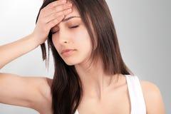 Hälsa och smärtar Stressad utmattad ung kvinna som har starka Te Royaltyfri Bild