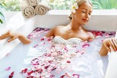 Hälsa skönhet Omsorg för kvinnaSpa kropp Avslappnande blomma Rose Bath royaltyfria bilder