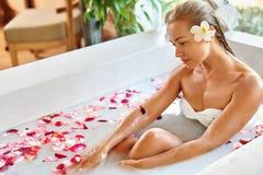 Hälsa skönhet Omsorg för kvinnaSpa kropp Avslappnande blomma Rose Bath Royaltyfri Fotografi
