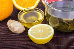 hälsa, traditionell medicin, folkbot och ethnosciencebegrepp - kopp av örtte, honung, ingefäran, apelsinen och grapefrukten Arkivbild