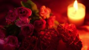 Hälsa valentin med längd i fot räknatblommabuketten och stearinljusbränning