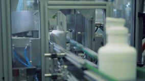 Hälse von Plastikflaschen erhalten weg durch eine industrielle Maschine zerteilt stock footage