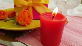 Hälsning för ultrarapid för brand för stearinljus för platta för blomma för ros för gåvaask arkivfilmer
