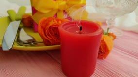 Hälsning för ultrarapid för gåva för platta för födelsedag för brand för stearinljus för begrepp för beröm för blomma för ros för arkivfilmer