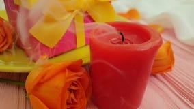 Hälsning för ultrarapid för gåva för platta för födelsedag för brand för stearinljus för begrepp för dag för beröm för blomma för stock video