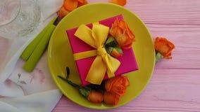 Hälsning för ultrarapid för platta för blomma för ros för gåvaask lager videofilmer