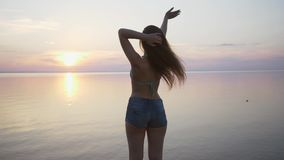 Hälsningar för händer för lycklig strandkvinna som vinkande säger på Hawaii Stående av den blandras- asiatiska Caucasian kvinnan  lager videofilmer