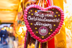 Hälsningar från Nuremberg-Tyskland för julMarknad-pepparkaka hjärta arkivbild