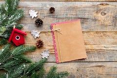 Hälsningen 2018 för det nya året med sörjer kottar, anteckningsboken och garneringar på träutrymme för bakgrundsöverkantveiw för  Royaltyfri Fotografi