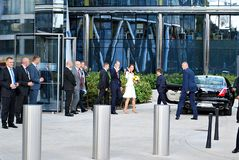 Hälsningen för prinsen William och Kate Middleton tränger ihop i Warszawa Arkivfoto