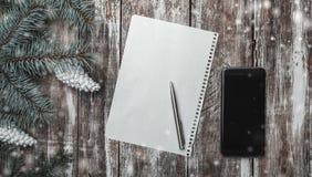 Hälsningen för ` s för det nya året på gammal wood bakgrund, lantlig stil kombinerade med nya tekniker, utrymme för ett meddeland Arkivfoto