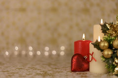 Hälsningjulkort med bränningstearinljus och prydnader Royaltyfri Bild