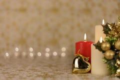 Hälsningjulkort med bränningstearinljus och prydnader Arkivbild